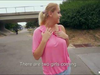 Blondīne bomba parīze saldas publisks sekss