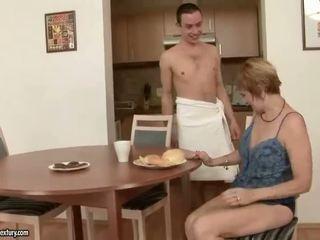 Heet grootmoeder enjoys seks met een jongen