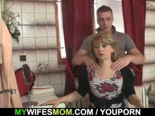 Αυτός cheats με Καυτά mother-in-law
