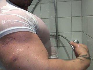 Bi sexual bodybuilder takes o dus și mast