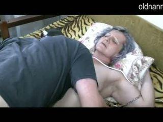 Vecs vecmāmiņa nokļūt vāvere licked līdz jauns guy video