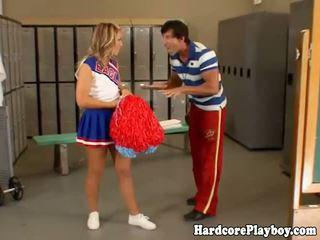 Tuhma cheerleaderin gets hänen perse spanked mukaan hänen