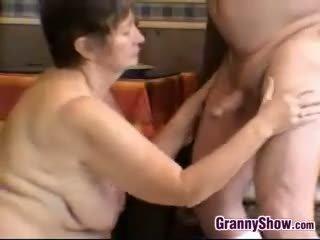bruneta, velká prsa, babička