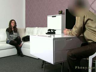 Pechugona morena amateur follada en sillón en casting