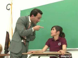 Koolitüdruk spanked ja kuritarvitatud