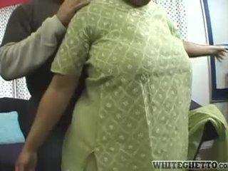 Indieši mammīte loves šī viņai bf ir having jautrība apkārt viņai liels pupi