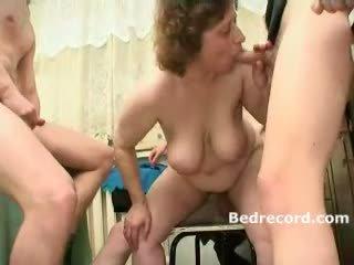 sexo en grupo, maduro, las mamás y los niños