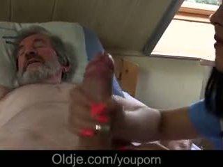 Chorý starý otec gets špeciálne zaobchádzať od mladý sestrička