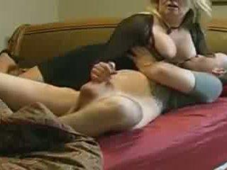 엄마 helps 아니 그녀의 stepson 에 침대