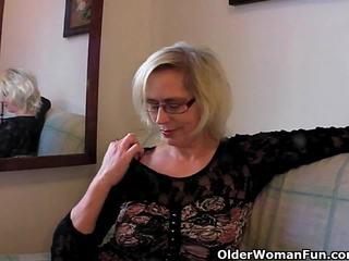 変な おばあちゃん pushes 彼女の fist アップ 彼女の 古い 女