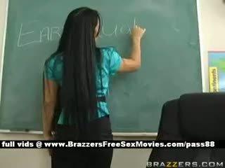 นมโต ผมสีบรูเนท คุณครู ที่ โรงเรียน going ตลอด an earthquake