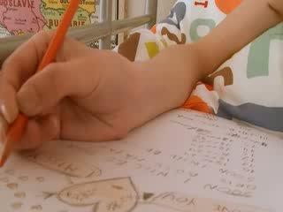 비탄 여학생 doing hole homework