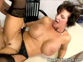 Breasty milf deauxma receives fodido por dela estudante em dela mesa