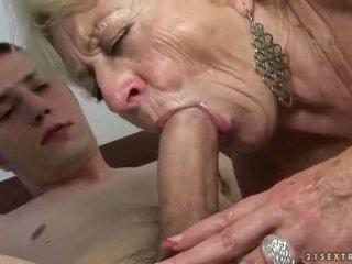 Bunicuta și baiat enjoying greu sex