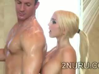 I madh stacked blondie seduces hunky perv në the dush