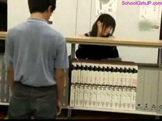 Κορίτσι του σχολείου getting αυτήν μουνί rubbed στο ο βιβλιοθήκη