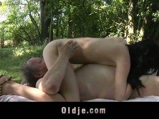שמן ישן אדם fucks נוער ב the woods