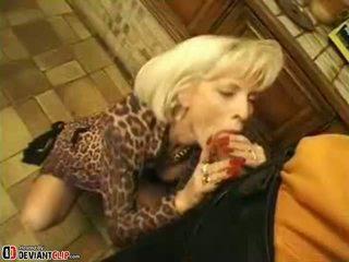 Горещ мама seduces и fucks това момче