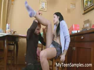 Bruneta dívka licked v the kuchyně