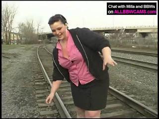 E shëndoshë princeshë gets lakuriq në railway