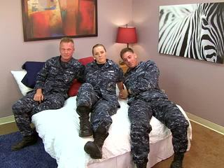 Seksi navy gadis fucks dia sailors