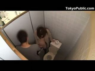 Karštas japoniškas fucks guys į the viešumas restroom