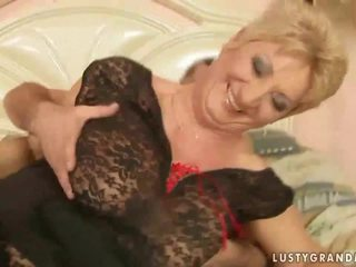 Grootmoeder in netkousen kniekousen enjoys heet seks