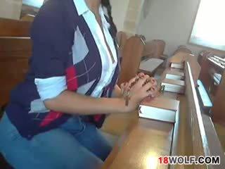 Με πλούσιο στήθος έφηβος/η flashing αυτήν σώμα στο εκκλησία