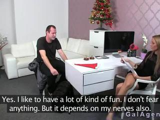 Female agent gets קטעי גמירות ב שלה רגל מן guy ב ליהוק
