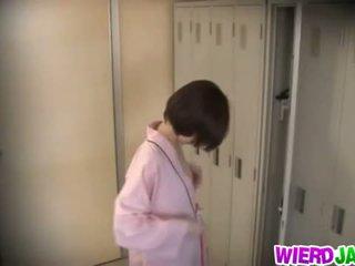Wierd japonsko: roztomilý asijské babes getting jejich ňadra examined.