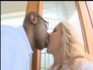 Barmfager blond pornostjerne julia ann ta en stor svart kuk opp henne rumpe