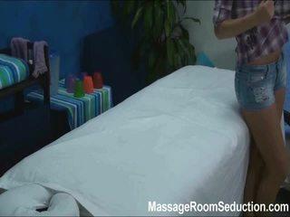 Cindy seduced și inpulit de ei masaj therapist pe ascuns camera