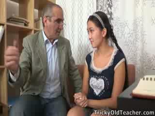 Tricky vanha perv opettaja persuades aasialaiset cutie kohteeseen imaista hänen kukko