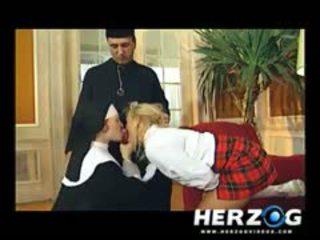 Bavarian schulmädchen und nonne banged schwer von priest
