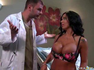 Sienna west gets haar sexy bips examined door dokter