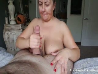 Bystiga äldre hustru sucks en stor fett kuk på henne knees