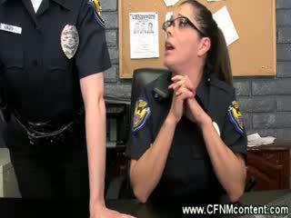 De politie frisk hen voor ruw dongs naar zuigen op bij de station