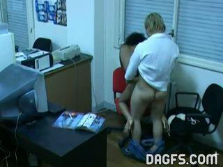 Kantoor neuken betrapt door verborgen webcam