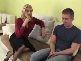 Seductive blond milf gives fantastiline suhuvõtmine