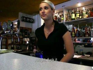 Quente bartender lenka fodida para dinheiro