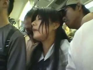 Срамежлив момиче gangbanged в а публичен влак