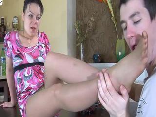 Milf gets ramonée par une jeune dur bite