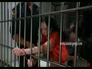 Gagged brune inmate gets të saj prapanicë aggressively fucked nga një bunch i i eksituar officers