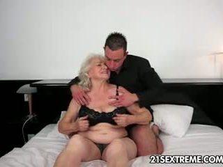 babička, výstřik, velká prsa