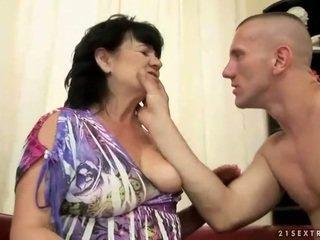 Apkūnu plaukuotas senelė gets pakliuvom