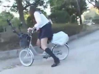 ญี่ปุ่น หญิง ขึ้นขี่ a vibrating จักรยาน thru the เมือง (public squirting)