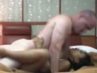 Indonesiano cameriera having primo tempo sesso con bianco cazzo