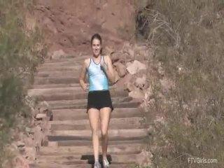 Emilie goes för den jog och stretcthis persons