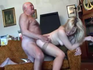 Starý starý otec fucks mladý blondýna
