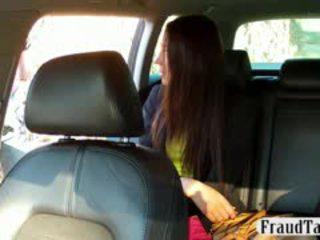 Taxi driver tricks heet russisch amateur in having seks met hem